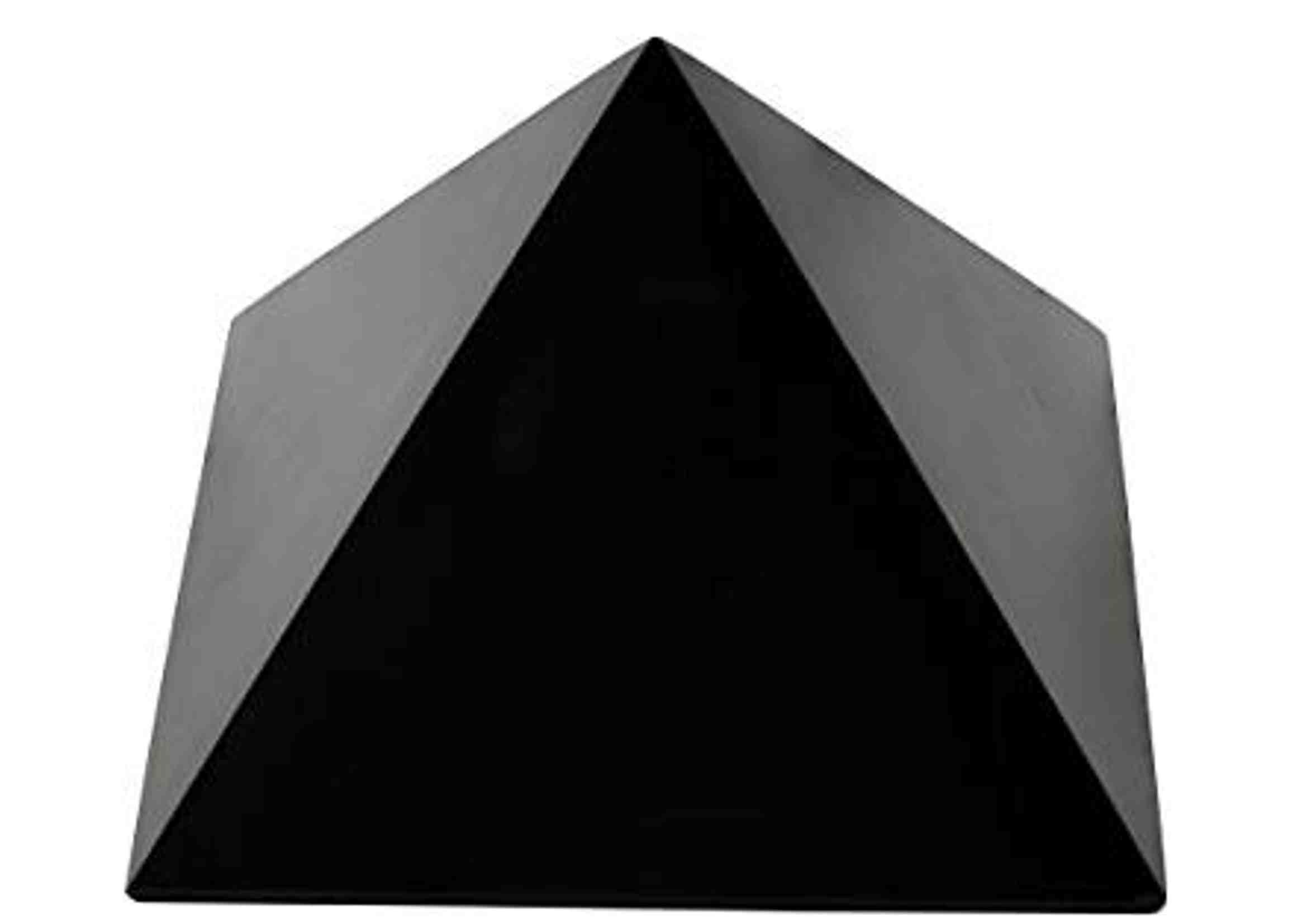 pirámide de piedra natural